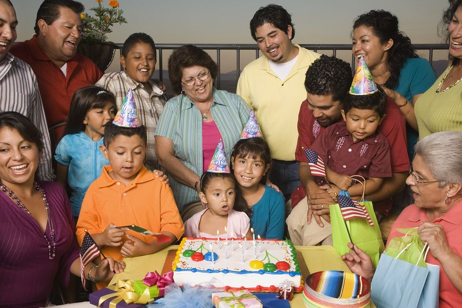 Large Hispanic family celebrat 32541008